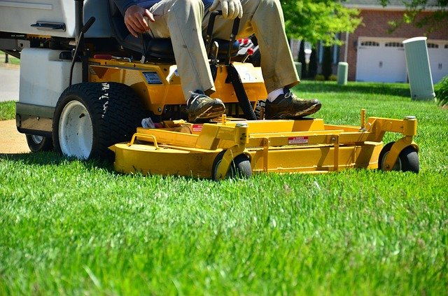 10 Convincing Reasons to Hire a Lawn Care Service
